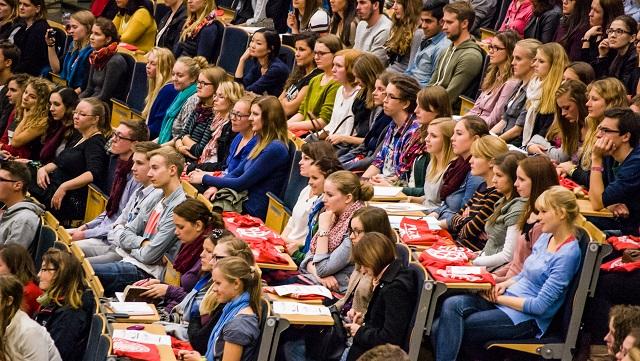 Studierende sitzen im vollen Audimax Hörsaal