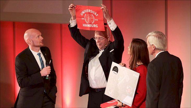 Alexander Gerst bringt die Uni Hamburg Fahne aus dem All zurück
