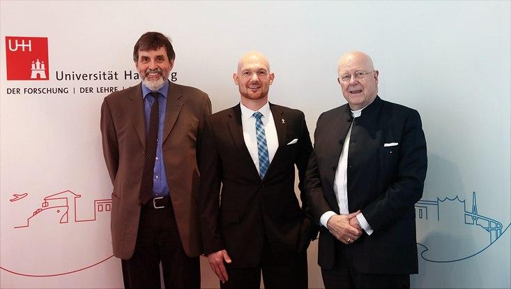 Alexander Gerst mit Doktorvater undUniversitätspräsident
