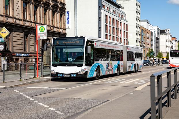 Bus mit Werbung der UHH