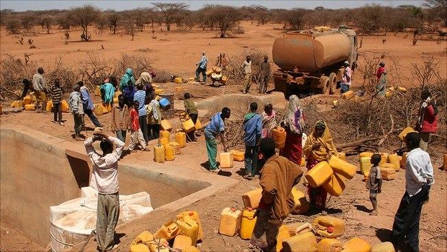 Menschen an einer Wasserstelle