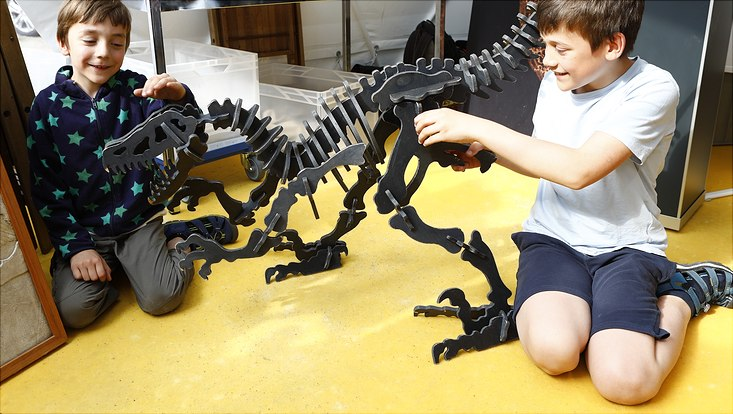 Sommer des Wissens-Kinder mit Dinoskelett