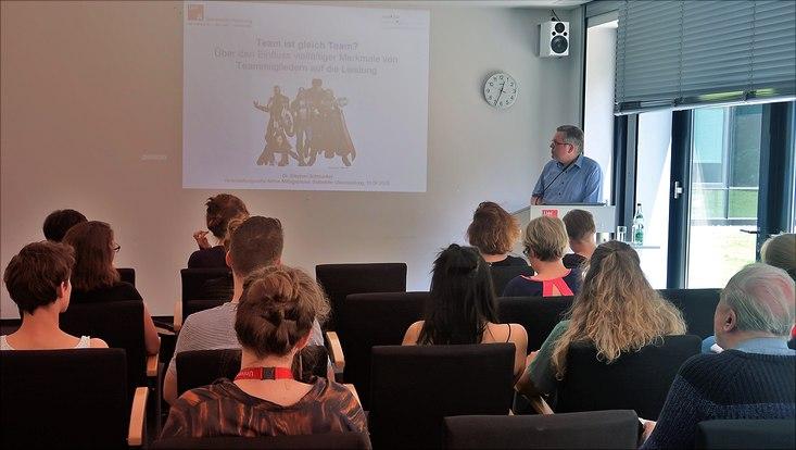 Das Foto zeigt Stephan Schmucker und Teilnehmende der Aktiven Mittagspause.