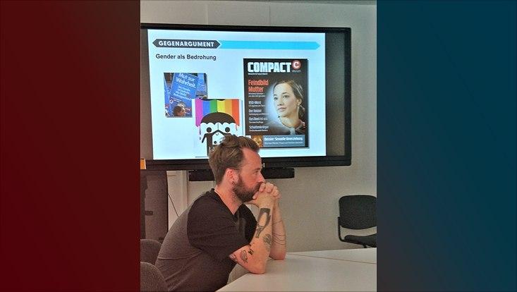 """Das Foto zeigt den Referenten Michael Trube und die PowerPoint-Präsentation im Vortrag """"Genderwahn - Frühsexualisierung - Umerziehung!"""""""