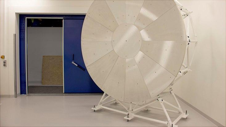 Ein Radioreflektor mit zweieinhalb Metern Durchmesser soll helfen, die Existenz von Axionen und Dunkler Materie nachzuweisen.