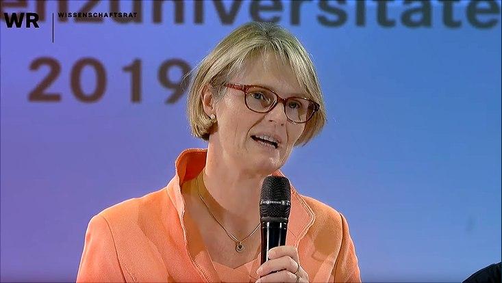 """Bundesministerin für Bildung und Forschung Anja Karliczek verkündet, welche Universitäten sich ab sofort """"Exzellenzuniversität"""" nennen dürfen."""