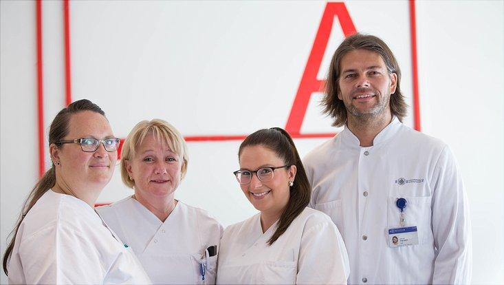Dr. Manuel Hansen betreut mit seinen Kolleginnen die Spenderinnen und Spender.