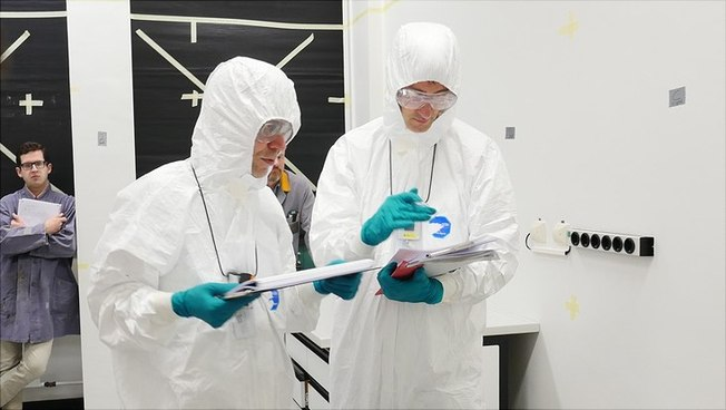 Übende in Strahlenschutzkleidung