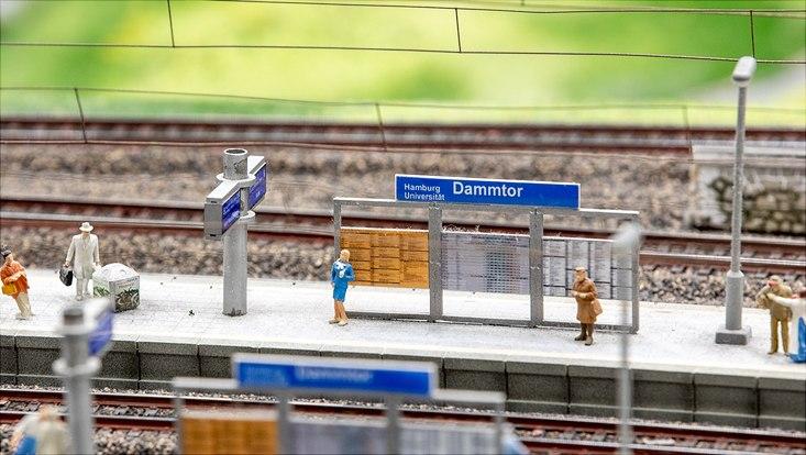 """Schild im Miniatur Wunderland mit Aufschrift """"Bahnhof Dammtor (Universität)"""