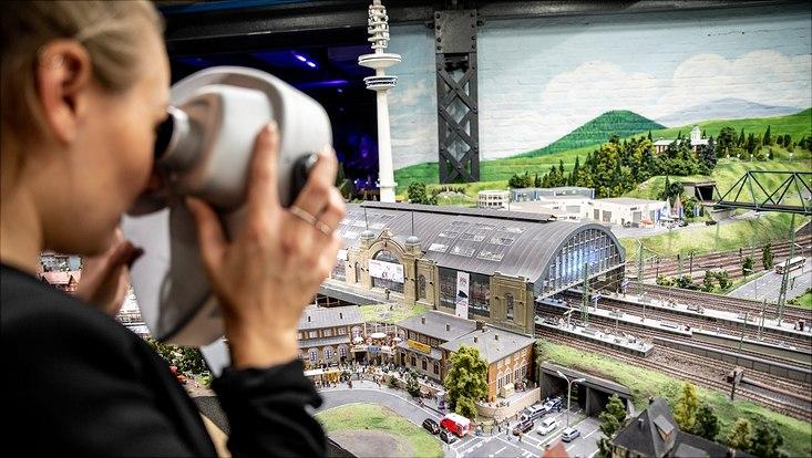 Besucherin guckt durch AR-Fernrohr im Miniatur Wunderland