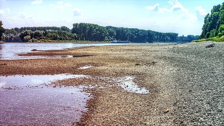 Ausgetrocknetes Flussbett in Europa (Rhein)