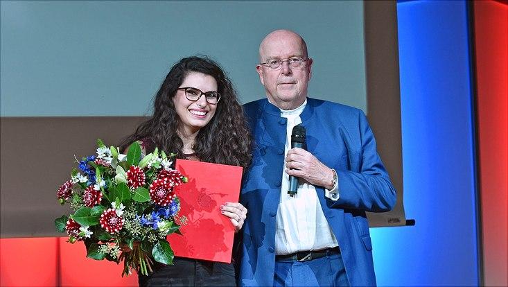 Asia Haidar, Gewinnerin des Preises des Deutschen Akademischen Austauschdienstes, mit Universitätspräsident Prof. Dr. Dr. h.c. Dieter Lenzen.