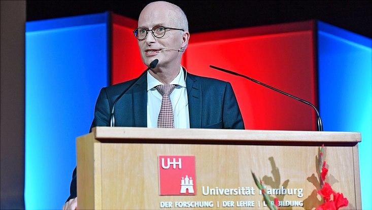 Der Erste Bürgermeister der Stadt Hamburg Peter Tschentscher begrüßt die neuen Studierenden