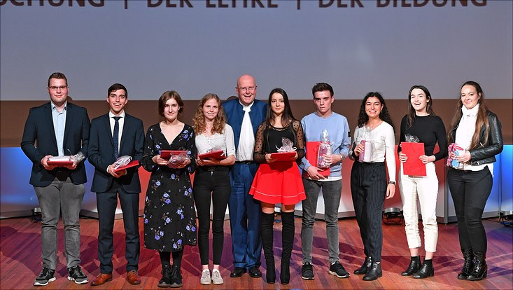 Universitätspräsident Prof. Dr. Dr. h.c. Dieter Lenzen überreicht Immatrikulationsurkunden an acht neue Studierende