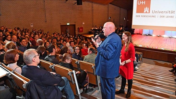 Universitätspräsident Lenzen und Moderatorin Dr. Rosalie Förster im Interview mit Studierenden