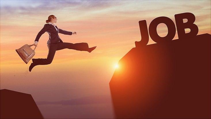"""Frau springt von Felsen zu Felsen; auf einem steht """"Job"""""""