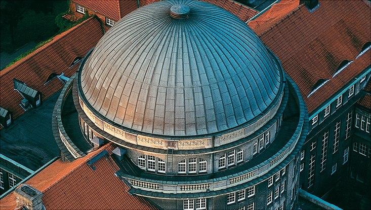 Hauptgebäude der Universität Hamburg aus der Luft