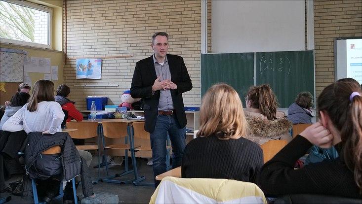 Mathematikprofessor Timo Reis in einem Klassenzimmer der Heinrich-Hertz-Schule