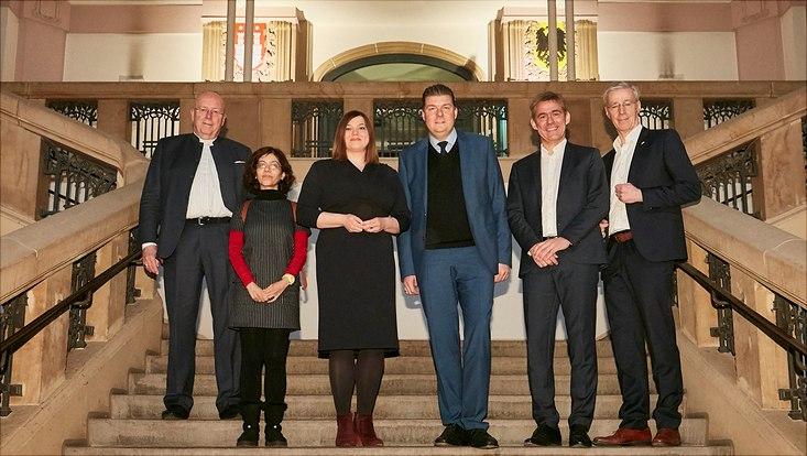 Vertreterinnen und Vertreter der zukünftigen Mieter und der Stadt präsentierten die Pläne für den Umbau des historischen Fernmeldeamts
