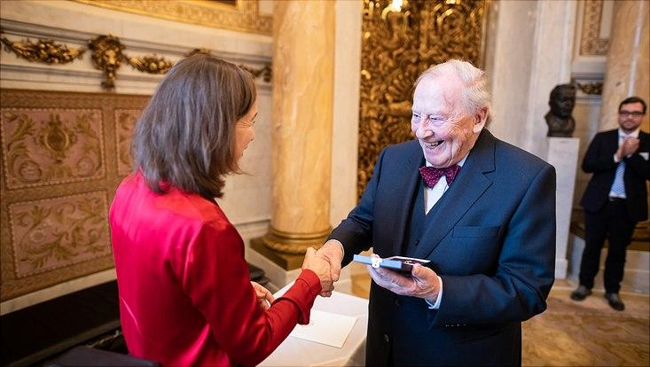 Prof. Dr. Dr. h. c. mult. Peter Fischer-Appelt (Präsident der Universität Hamburg von 1970 bis 1991) hat das Bundesverdienstkreuz am Bande erhalten.