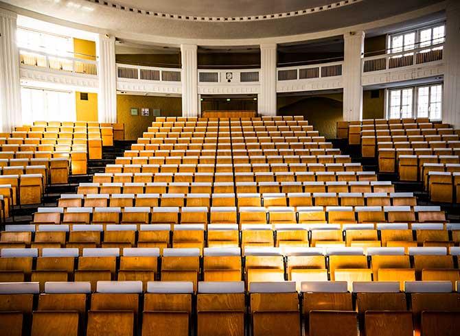 Stühle im Ernst-Cassirer-Hörsaal der Universität Hamburg