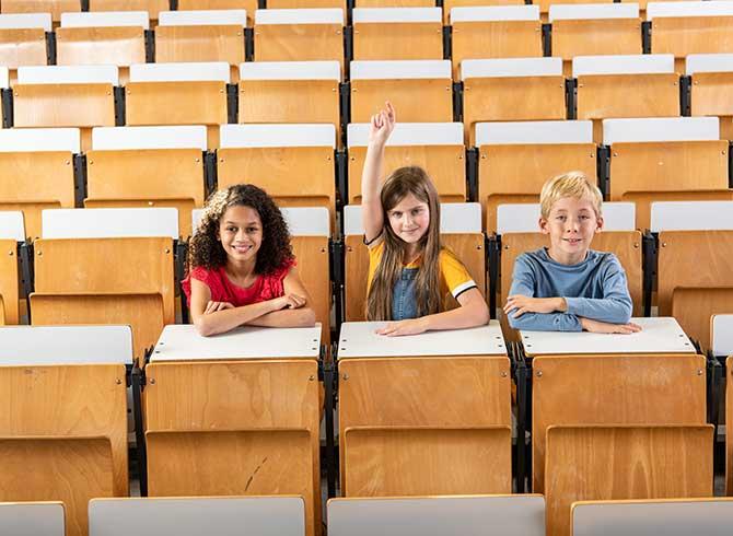 drei Kinder im Hörsaal