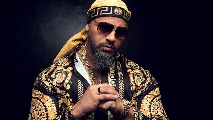 Der Rapper Massiv in goldenem, orientalisch aussehendem Gewand