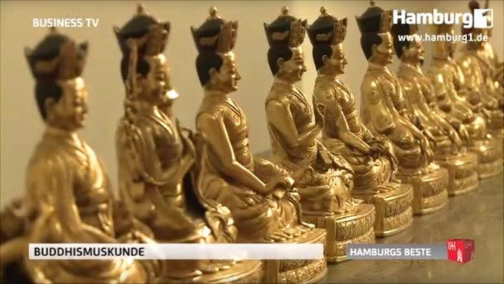 Goldene Buddha-Statuen in einer Reihe.