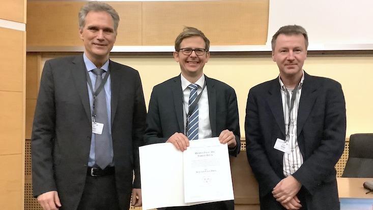 Prof. Tobias Beck (Bildmitte) wurde für die Entwicklung neuartiger kristalliner Materialien ausgezeichnet.