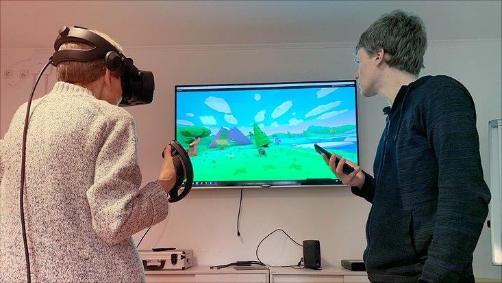 Hildegard Tünschert und Sebastian Rings bei einem VR-Spiel