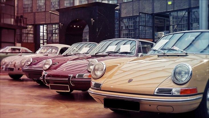 Mehrere hochwertige Sportwagen nebeneinander