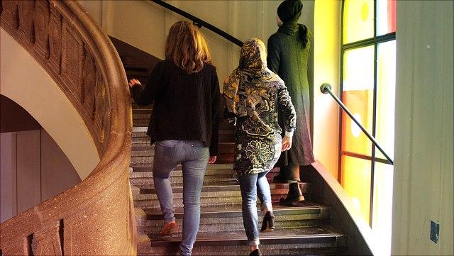 Drei Frauen gehen eine Treppe hinauf