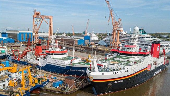 Forschungsschiffe im Hafen von Emden