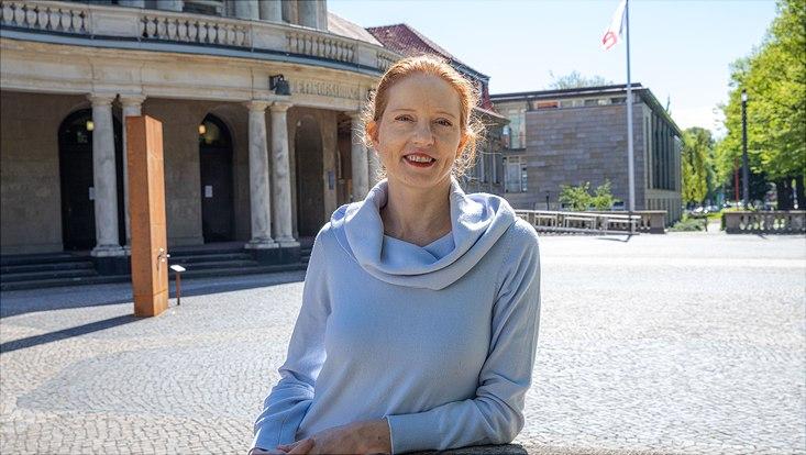 Prof. Dr. Merike Blofield vor dem Hauptgebäude der Universität Hamburg