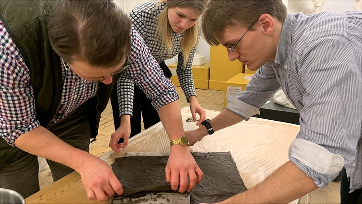 Studierende rekonstruieren einen historischen Leinenpanzer