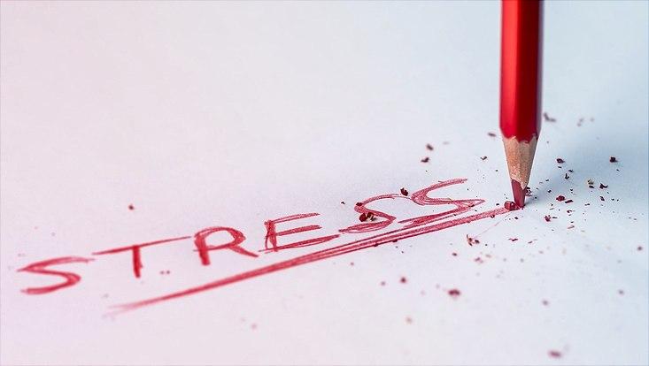 Roter Stift der Stress schreibt