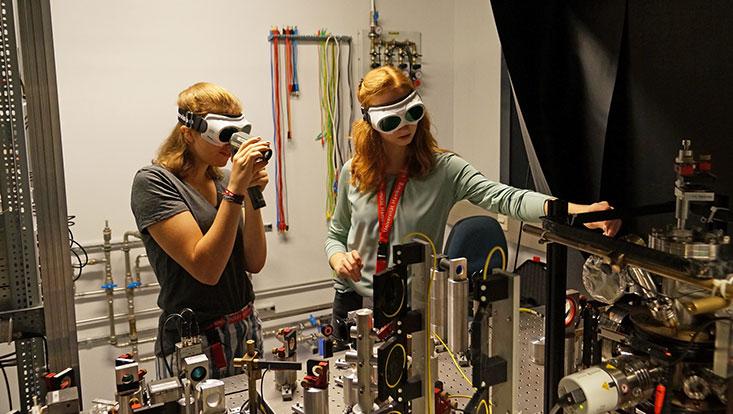 Schülerinnen bei den Physik-Projekt-Tagen