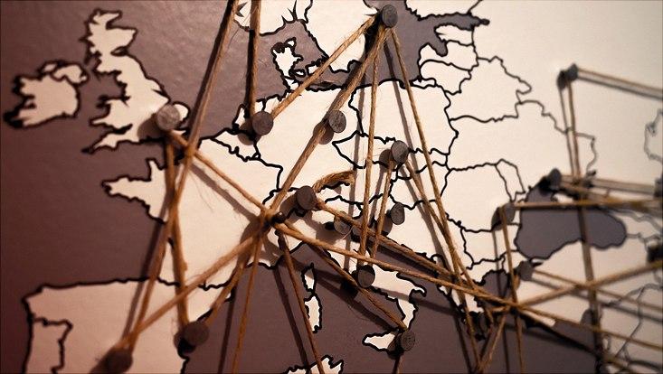 Europakarte mit Fäden verbunden