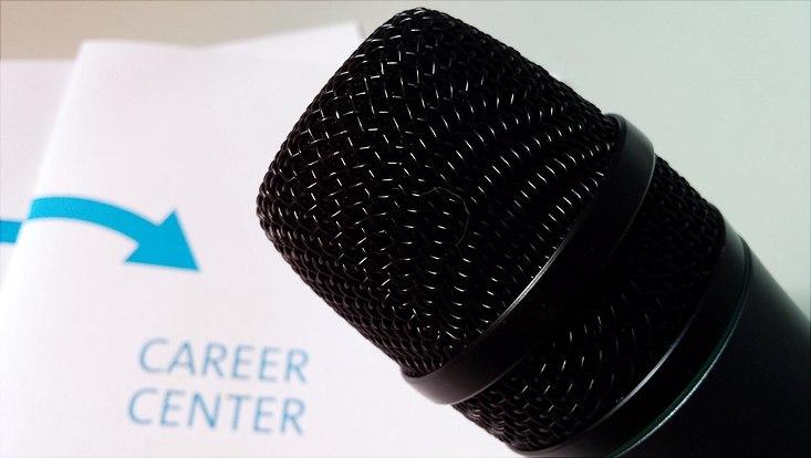 Mikrofon und Flyer des Hamburger Career Center