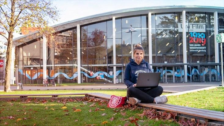 Eine Studentin vor dem Audimax
