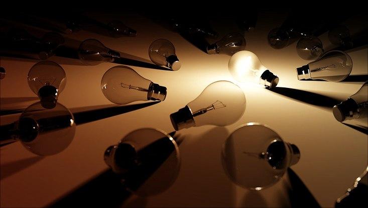 eine leuchtende Glühbirne im Zentrum