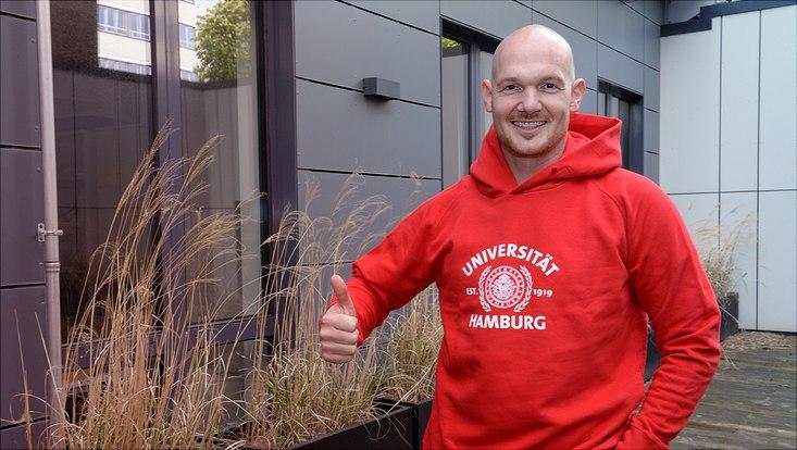 Alexander Gerst im Uni-Hamburg-Pullover