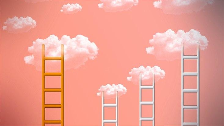 Illustration von mehreren Leitern, rosa Hintergrund und Wolken