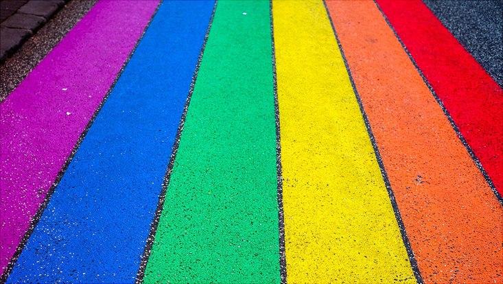 Regenbogenflagge mit Kreide auf Straße gemalt