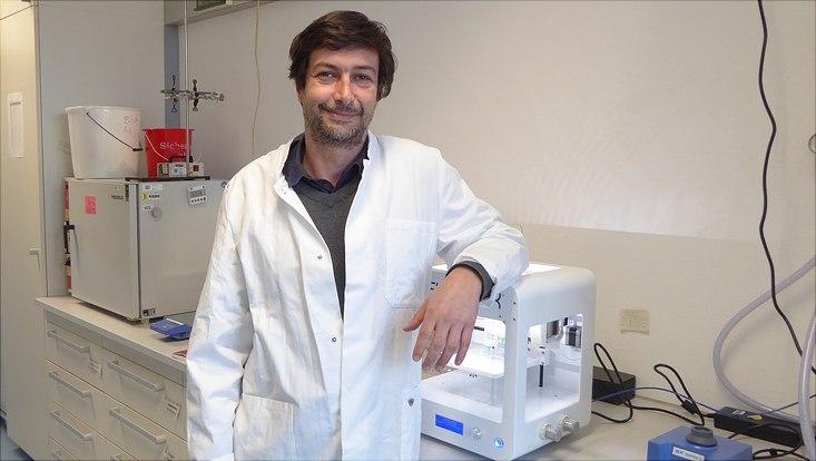 Dr. Julien R. G. Navarro neben einem 3D-Drucker
