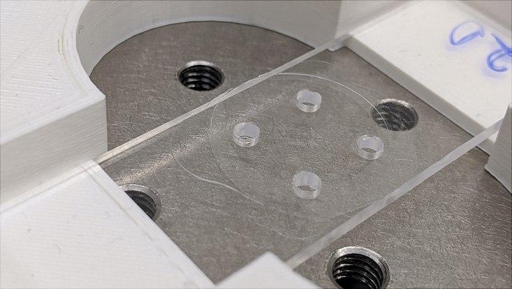 Kunststoffelement mit Mikro- und Nanokanälen