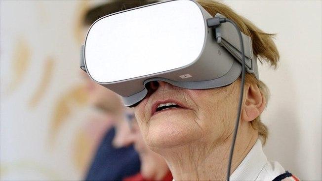 Eine Seniorin mit VR-Brille