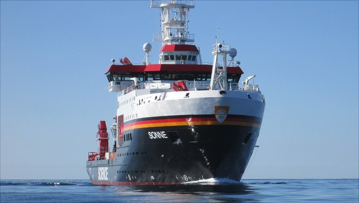 Forschungsschiff SONNE auf hoher See.