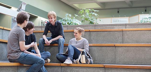 Studierende beim Gespräch