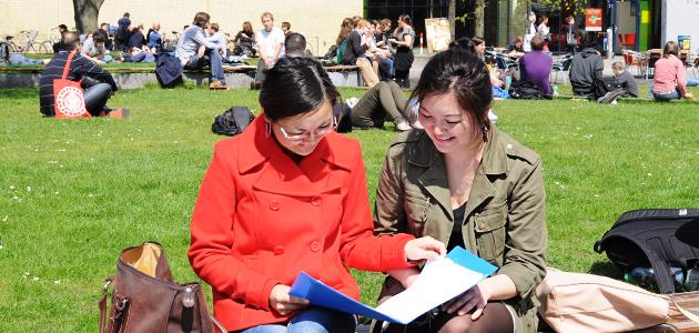 Zwei Studentinen auf dem Campus